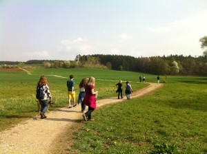 Neue Wege erkunden beim Gemeinde-Wandertag. Foto: Heinke Rauscher