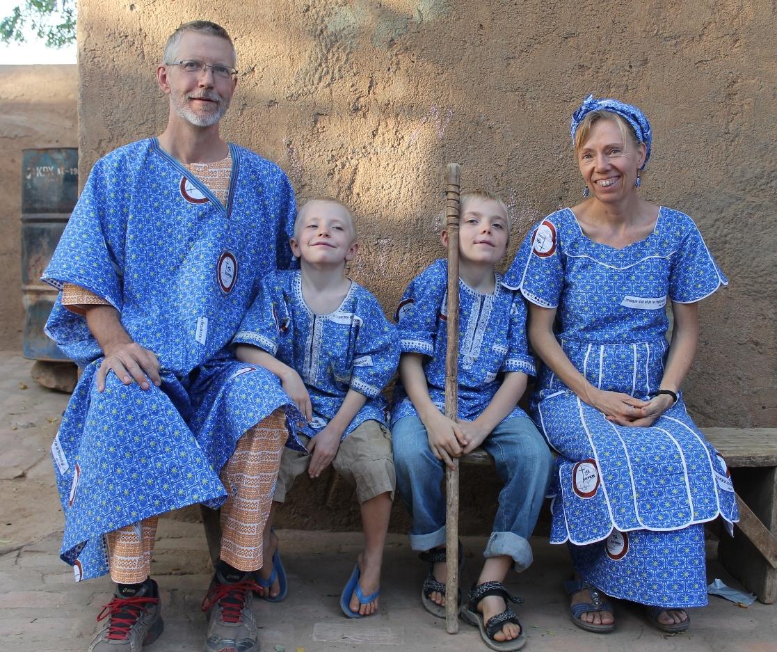 Familie Apel aus Mali in traditioneller Landeskleidung. Foto: Regina Apel