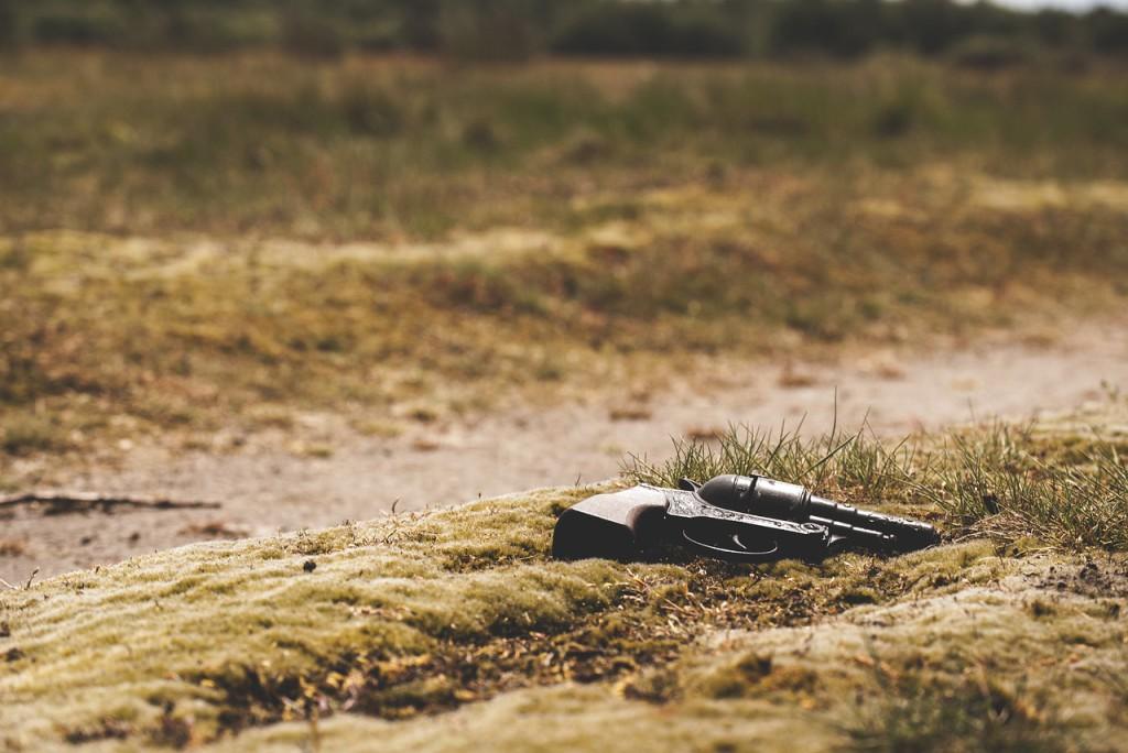 Pistole liegt im Gras